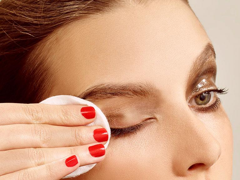 ضرورت استفاده از پاک کننده آرایش